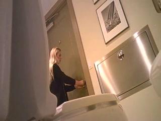 Сексуальная девушка трахается с парнем на кухне дома у него же»  hd качества