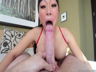 Азиатская девушка-блондинку трахает большим членом