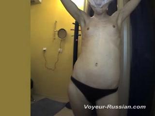 Порно видео онлайн с женщиной, которая моется у себя дома и получает удовольствие от этого процесса