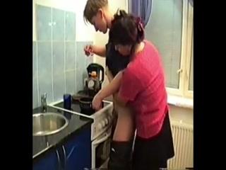 Мамаша соблазнила сына на кухне  для возбуждения