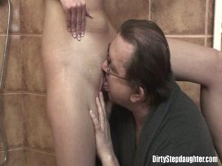 Отец ебет молодую дочку в ее бритую киску, пока мама