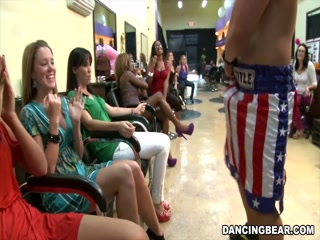 Взрослые фанаты танцев устроили групповой секс с двумя блондинками и одним парнем